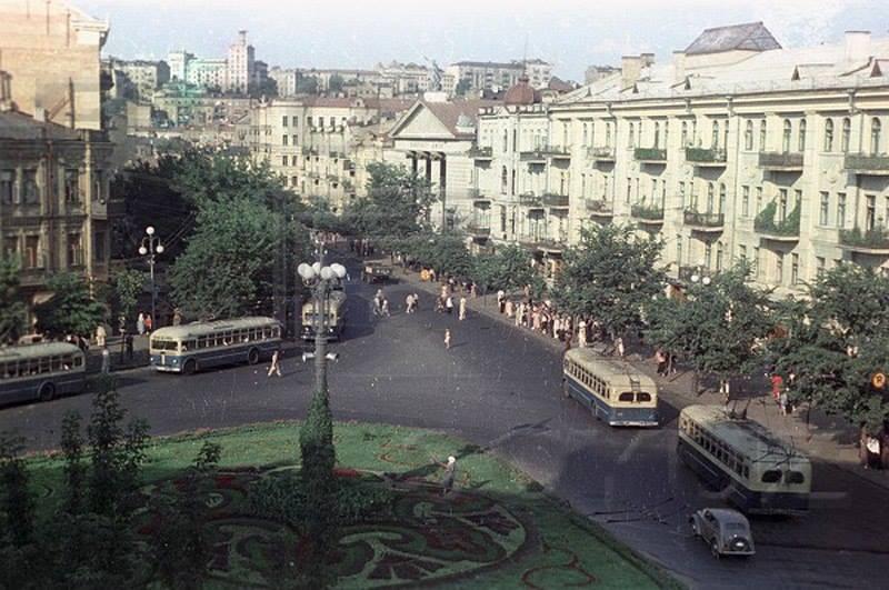 Площа Льва Толстого, Київ